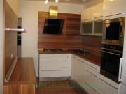 kuchyň rohová s ostrůvkem