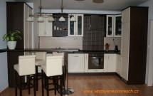 kuchyň alabastr a tmavěhnědá