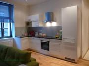 kuchyně - bílá polomat a šedá obkladová deska