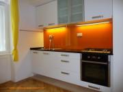 kuchyně bílá a oranžová