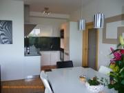 kuchyně bílá a šedý mramor 1