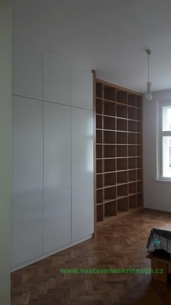 vestavěná skříň bílá lesk a knihovna dub