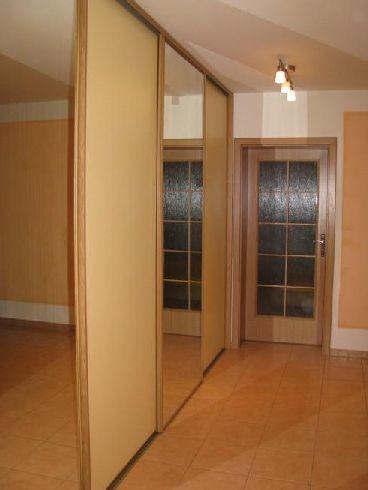 ocelové rámy dřevo dekor skříň v chodbě