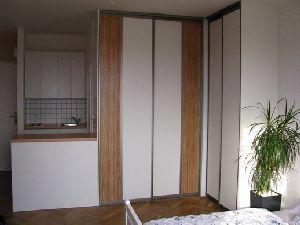 Rohová skříň v ložnici